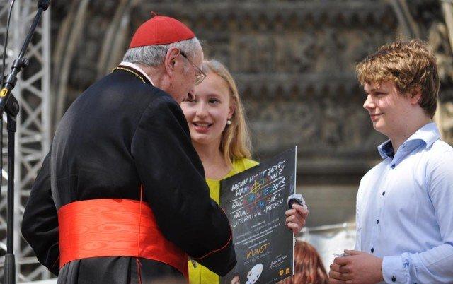 """Der Kölner Erzbischof Joachim Kardinal Meisner gratuliert den Preisträgern des Walburgisgymnasiums zum ersten Preis in der Kategorie """"Kunst"""". (Foto: WBG/Sr. Johanna Hentrich)"""