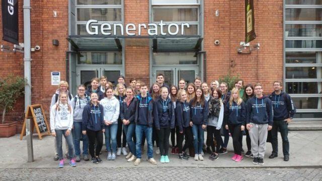 Die Leistungskurse Biologie und Englisch vor ihrer Unterkunft in Dublin. (Foto: Fringes/SMMP)