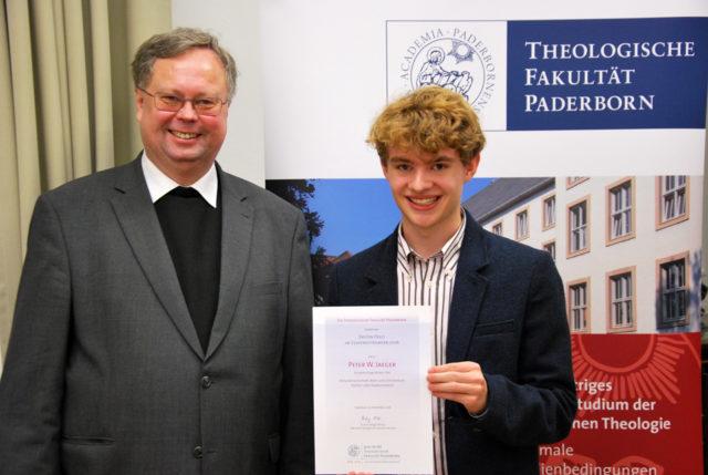 Prof. Dr. R. Althaus gratuliert Peter zu seinem ersten Preis. (Foto: Theologische Fakultät Paderborn)