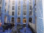 """Innenhof in den sanierten """"Docks"""" von Marseille."""