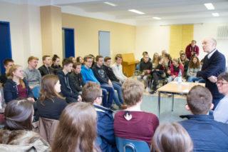 Schulleiter Dr. Eduard Maler begrüßt die 40 Schülerinnen und Schüler aus verschiedenen Jahrgängen und AGs zu der Gesprächsrunde mit den Gästen des Erzbistums und des Dekanats. Foto: SMMP/Bock