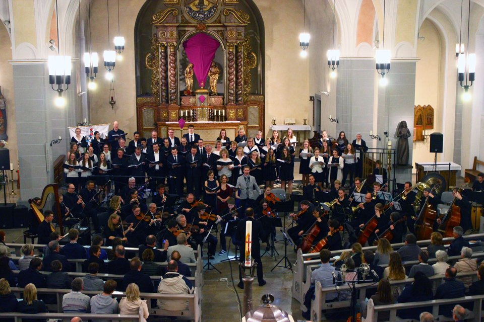 Der riesige Klangkörper wusste das zahlreich erschienene Publikum an zwei Abenden zu begeistern. (Fotos: L. Rissenbeck, Jg. 7)