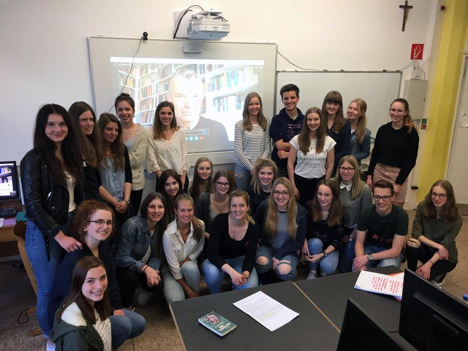 Prof. Hurrelmann schaut unserem Päda-LK über die Schulter(n). (Foto: Zimmerers/SMMP)