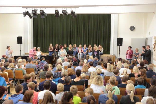 Gespannte Aufmerksamkeit in der Aula vor Bekanntgabe der neuen Klassenlehrer (Foto: C. Scholz/SMMP)