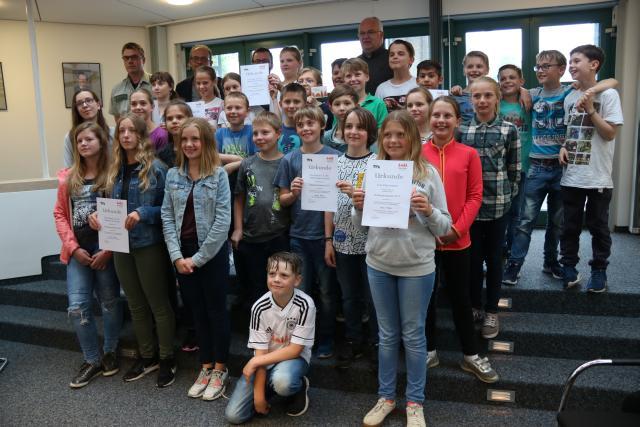 Gruppenfoto aller Sieger (Foto: Stadt Menden)