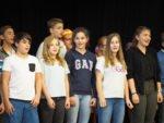 Die Klasse 8R singt ein Abschiedslied für Frau Maria Schmidt ... (Foto: C. Scholz/SMMP)
