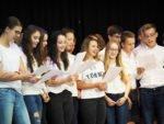 Die Klasse 9c verabschiedet sich von ihrem langjährigen Mathelehrer Herrn Voßkuhl mit einem Lied. (Foto: C. Scholz/SMMP)