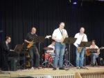"""Das Ensemble """"Menden Jazz"""", bestehend aus fünf Musiklehrern und einem Abiturienten am Schlagzeug, untermalt gemeinsam mit der Kammermusik-AG die Feier musikalisch. (Foto: C. Scholz/SMMP)"""