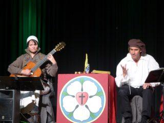 """Das Duo """"LesDeux"""" interpretiert Luthers Leben in der Schul-Aula. (Foto: S. Schmidt/SMMP)"""