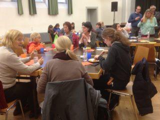 Gute Gespräche beim Mitbringbuffet. (Foto: S. Schmidt/SMMP)