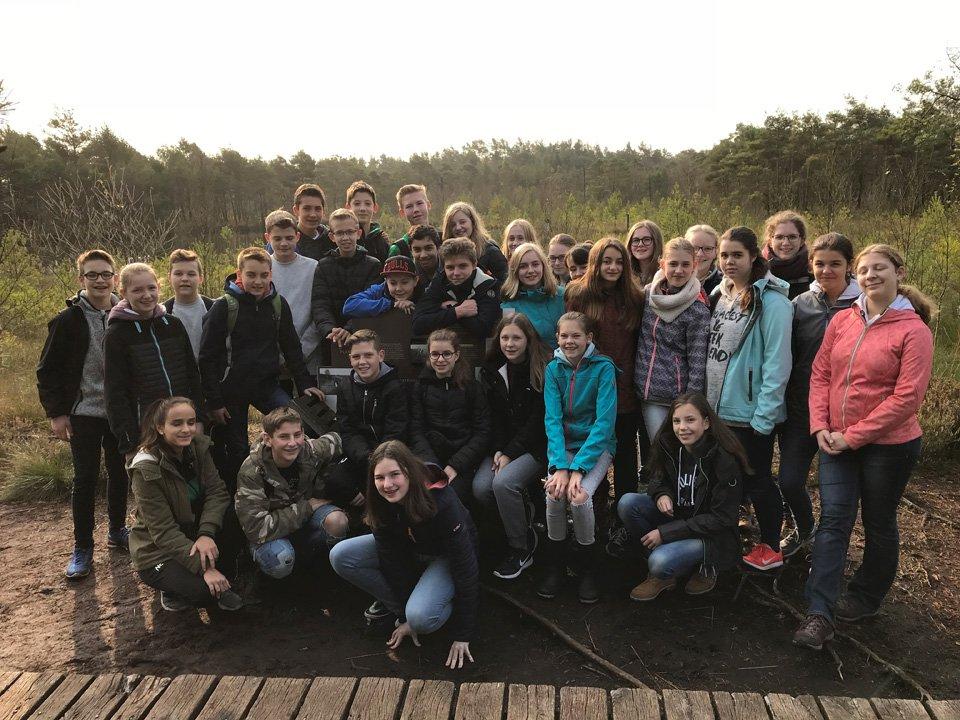 Die Klasse 8a auf der Wanderung durch das Pietzmoor (Foto: A. Semer/SMMP)