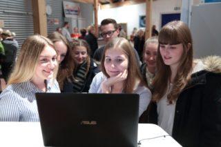 Im Museumsgang vor Beginn der Preisverleihung konnten die eingereichten Videos an bereitgestellten Laptops begutachtet werden. (Foto: C. Scholz/SMMP)