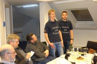 Michael Peters und Marius Hesse präsentieren die Roboter-AG. (Foto: Lügger/SMMP)