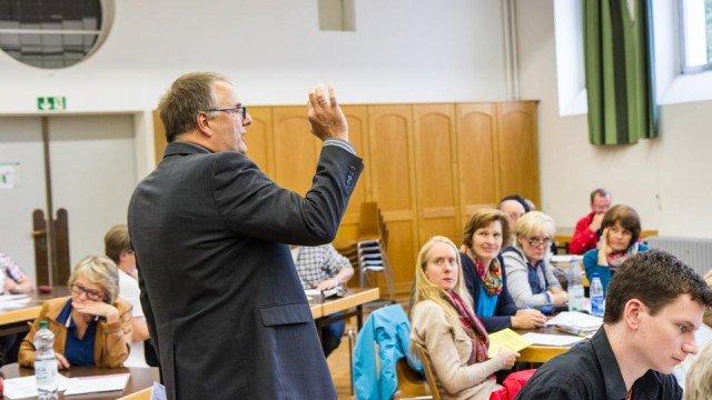 Stefan Zingler vom Schulamt des Erzbistums Paderborn erläuterte die Ergebnisse der Qualitätsanalyse. (Foto: SMMP/Beer)